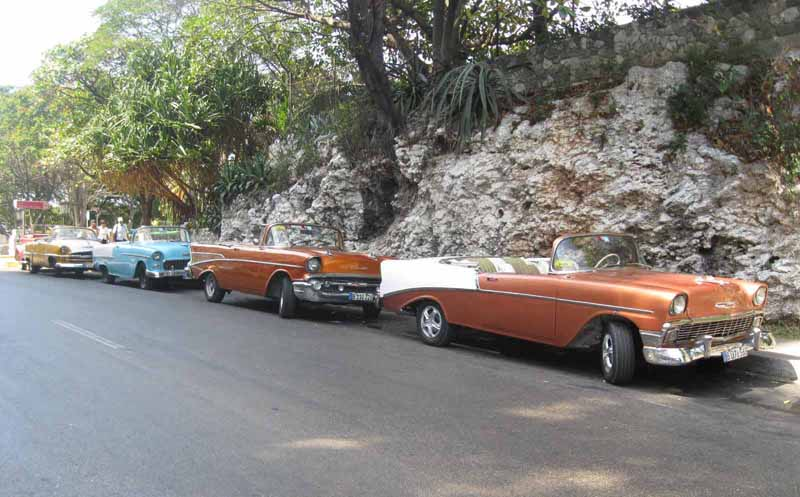 Vintage cars in Havana: 13 pictures in one hour of hunting